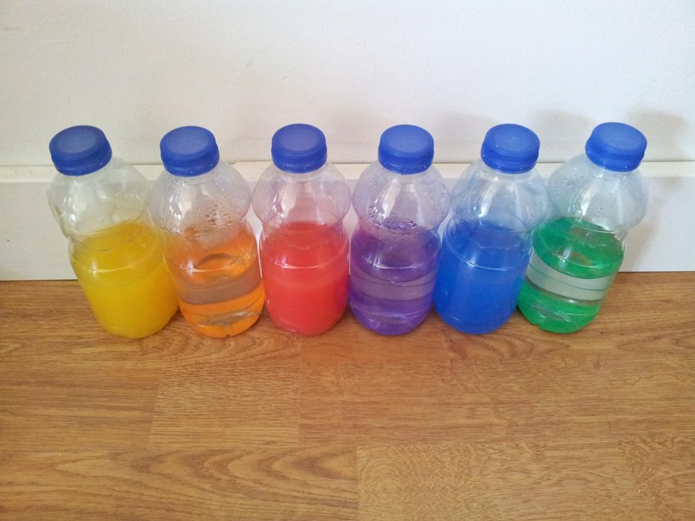 Bouteilles d'eau colorée